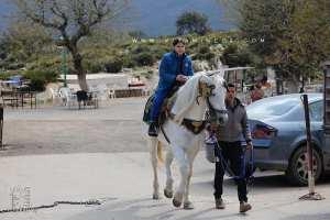 A l'entrée des grottes des Beni Add : Divers moyens de distraction (Ballades à cheval, Quadd ...)