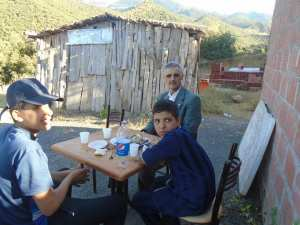 الاحفاد في جولة سياحية بجبل شيليا مع الجد .