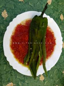 Salade de tomate rapée avec un poivron piquant grillé