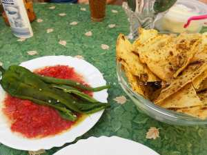 Salade de tomate avec pain syrien (خبز سوري) aux fines herbes