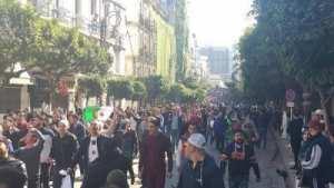 طلبة و اساتذة الجامعة المركزية يضربون عن الدراسة و يحتجون بالعاصمة