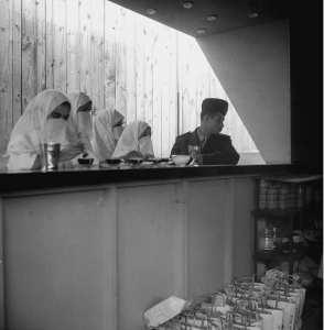 جندي جزائري و نساء بمقهي معرض العاصمة - أفريل 1959