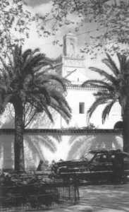 La grande mosquée de Tlemcen, un taxi noir juste à coté