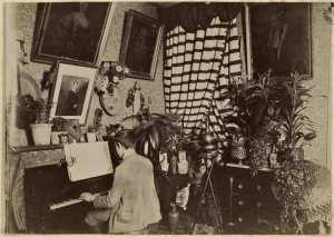 [Appartement avec homme au piano, logement du commandant de la division de Constantine ?] (Photo rare)