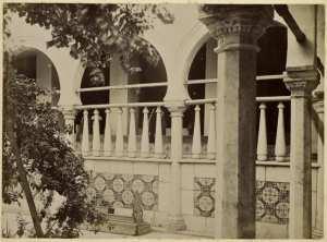 [Constantine. Palais du bey de Constantine, siège de la division militaire : vue extérieure d'une galerie et tombe] (Photo rare)