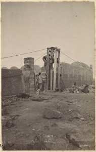 [Construction du Fort Lallemand par la colonne du capitaine Pujat : pose des pierres de taille du portail] (Photo rare)