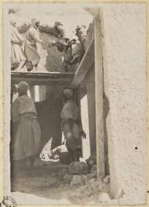 [Construction du Fort Lallemand par la colonne du capitaine Pujat : construction des arceaux?] (Photo rare)