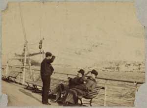 [Hommes sur le pont d'un bateau] (Photo rare)