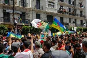 L'emblème Amazigh à coté du drapeau algérien ... une provocation après son interdiction
