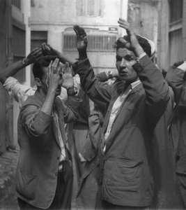 Des suspects algériens sont arrêtés peu après l'explosion d'une bombe dans une rue de Constantine, le 24 août 1955, durant la guerre d'Algérie.