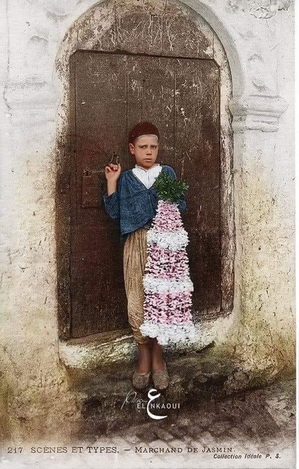 عندما كان الياسمين يباع في ازقة #القصبة صورة أعيد تلوينها لطفل جزائري يبيع الياسمين في ازقة #الجزائر_العاصمة