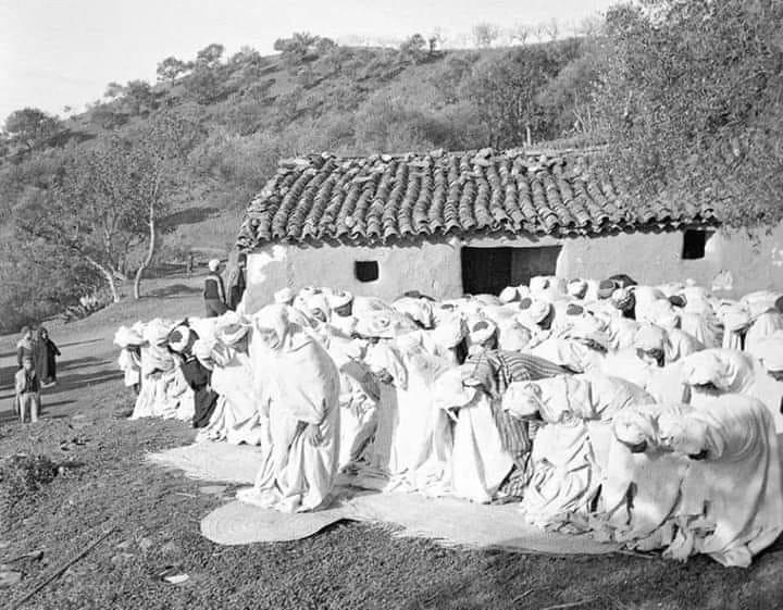 صورة نادرة لصلاة العيد فى قرية تنساوت عام 1960 اعالي جبال اقبو #بجاية ...