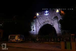 La porte dorée, porte Sarrasine ou porte de la Mer (Bab El Bahr en arabe classique) est une porte historique de la ville de Béjaia en Algérie qui permettait l'accès à la ville par la mer.