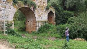 Une vue de près de l'aqueduc de Cherchell