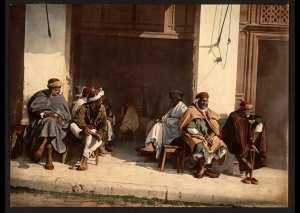 Hommes arabes devant un café. Alger (Algérie)