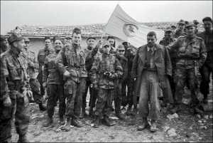 Des soldats français lors de l'opération Bigeard, en 1956, dans la région de Constantine.