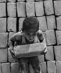 Photo d'un enfant faisant des travaux forcés