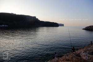 Pêcheurs à la ligne près du port de Sidna Youchaa
