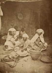 Femmes des Aures prépant le couscous