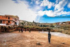 Enfants d'El Kebbar jouant au foot dans leur petit stade ...