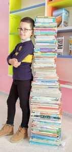 سلمان الطفل الجزائري ذو 8 سنوات الذي قرأ كتب تعادل طوله