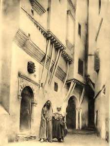 Un viel homme et une vielle femme dans une rue de la casbah