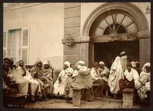 Hommes réunis dans un café d'Alger