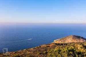 Vue sur la côte méditerranéenne de Honaïne par une tour à Beni Khellad