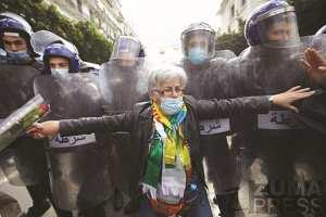 Algérie - PRISE PAR NOTRE PHOTOGRAPHE LOUIZA AMMI, LE 8 MARS DERNIER, À ALGER: L'image de la femme algérienne qui a fait le tour du monde