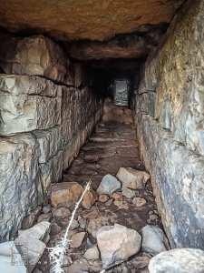 Regard construit à l'ancienne en pierre taillée