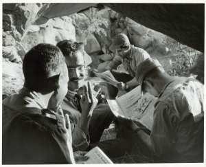 Soldats algériens avec journal