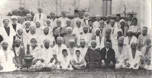 Les Derkaouas autour de Cheikh Ahmed Ben Yellès, fils de Cheikh Mohammed Ben Yellès en 1949.