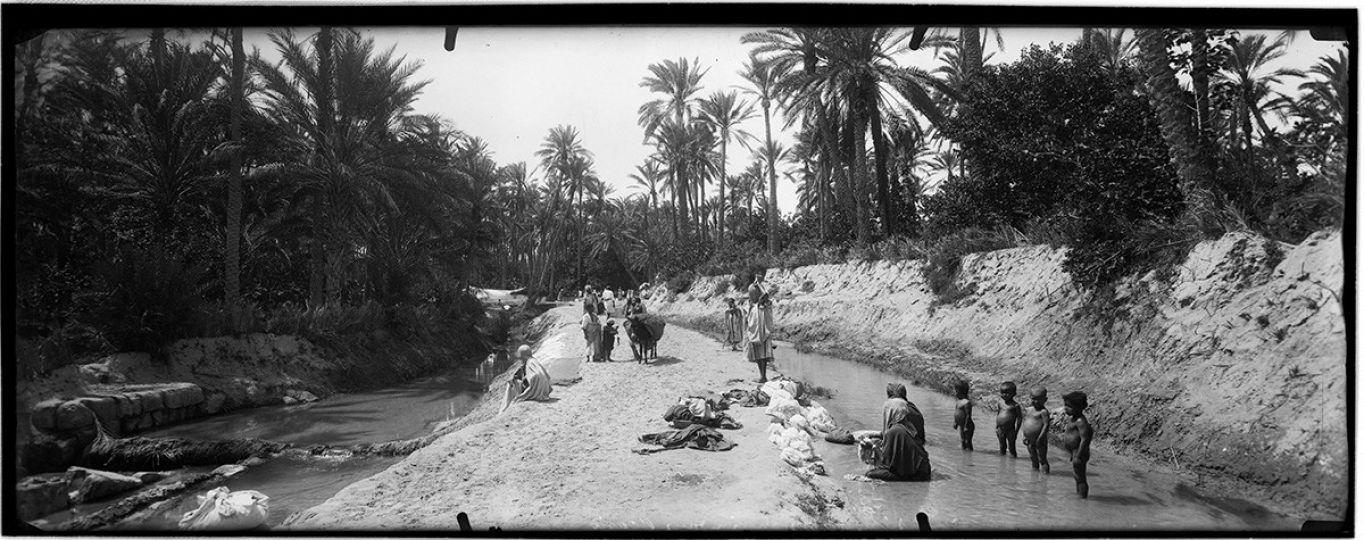 Chemin dans l'Oasis et enfants mal nourris au Sahara