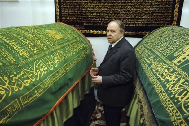 Le Président Bouteflika au mausolée de Sidi Boumediene