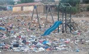 Tiaret - OUTRE DÉFIGURER LE TISSU URBAIN, IL PORTE PRÉJUDICE À L'ENVIRONNEMENT: Un manège pour enfants converti en dépotoir