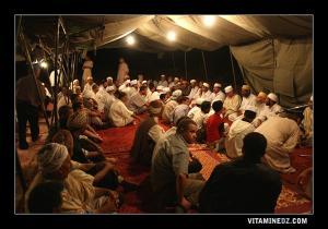 Veillée de Dikr et Tilawa du Coran, dans la tente dressée par El Hadh Salah à la Waada de Sidi Yahia