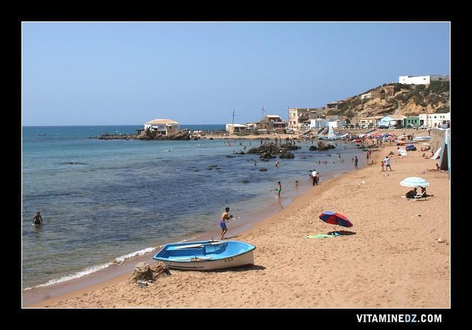 La plage de Kharouba, La Caroube ou Sidi Mohamed El Mejdoub, au nom du saint qui domine la plage