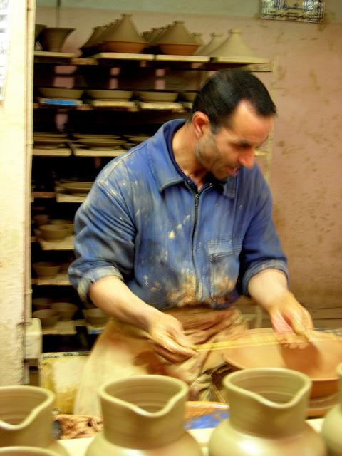 patrimoine et identité 36103-nedroma-artisan-en-poterie