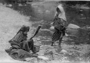 Deux fillettes lavent le linge sur Bouaroua