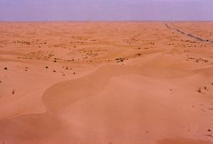 Autoroute traversant le vaste Désert d'El Oued