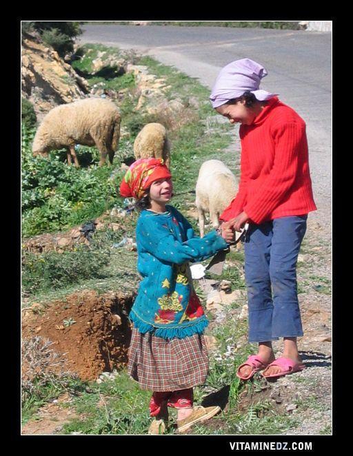 طفلتين من قرية عين دوز