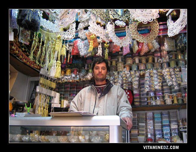 دكان بيع لوازم الخياطة بشارع القيسارية في مدينة تلمسان
