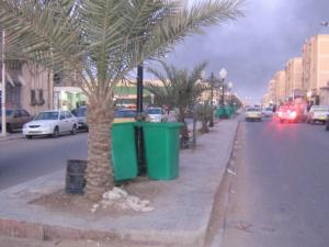 الشارع الرئيسي لحاسي مسعود مليء بالقاذورات