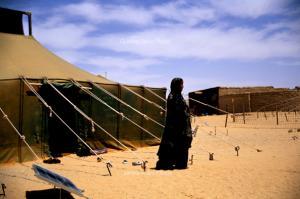 امرأة صحراوية في ملجأ سمارة بولاية تيندوف