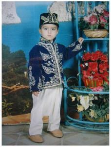 طفل يرتدي زي تقليدي