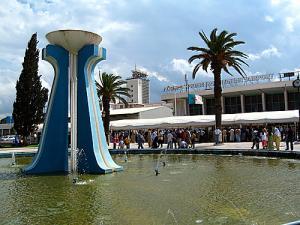 Jet d'eau à l'entrée de l'aéroport d'Alger