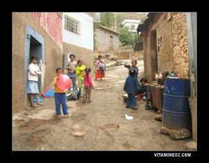 أطفال يلعبون قش بليسة بقرية عين الدوز