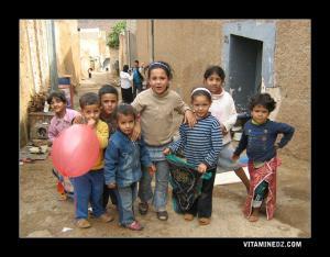 أطفال يلعبون بقرية عين الدوز