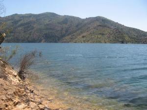 منظر من ضفة سد تيشي حاف ببلدية إغرام