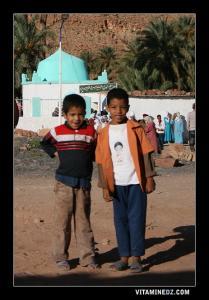 أطفال من بلدية عسلة قرب ضريح سيد الحاج بو داود